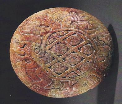 Plato con representación de un ser humano en forma de araña de carga cabezas humanas sobre la espalda. Imagen: Chavín, 2015: 222