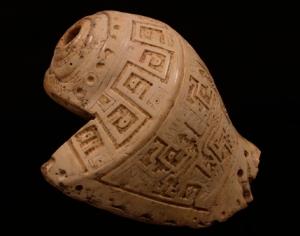 Chavín de Huantar: pututo con decoración tallada.  Imagen: Chavín, 2015: 338