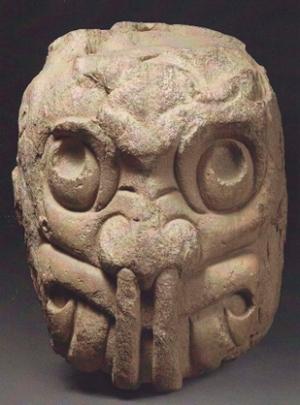 Chavín de Huantar: cabeza clava trasmutada en un ser trascendente. Desde la nariz destila la mucosidad asociada al consumo de alcaloides por aspiración.  Imagen: Chavín, 2015: número 117