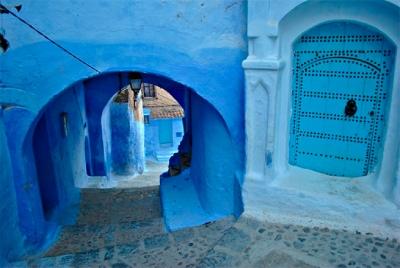 Marruecos, Chefchaouen, pequeña ciudad situada a los pies de la cordillera del Rif y 63 km. al sur de Tetuán.  Fundada en 1741, ha sido considerada durante siglos una ciudad santa. Sus muros y pisos están tradicionalmente coloreados de azul y añil.  Imagen: http://www.amigosdelaalcazaba.es/ [Consulta: 31.03.2015]